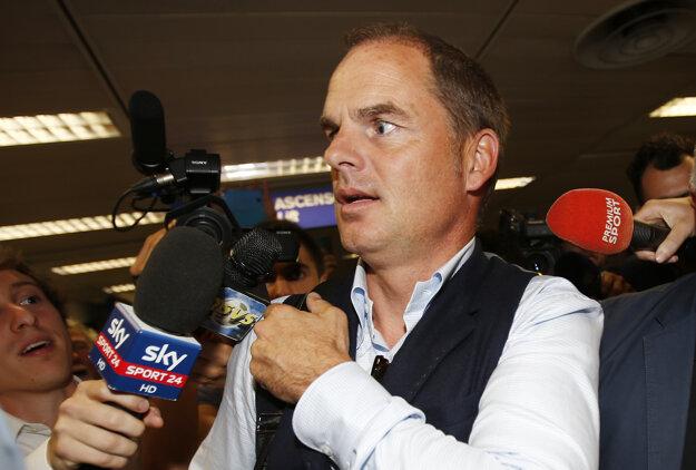 De Boer po príchode do Milána musel odpovedať čakajúcim novinárom.
