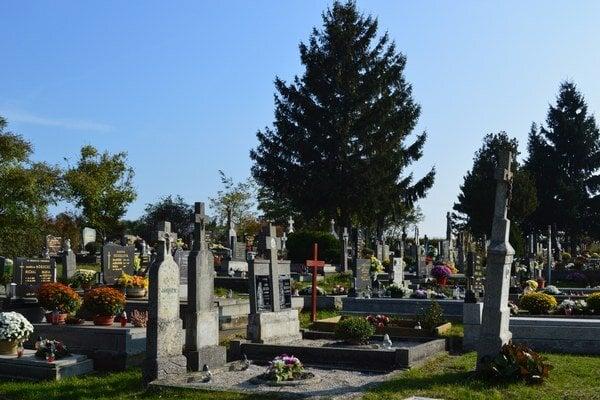 Cintoríny čaká každoročný nápor.
