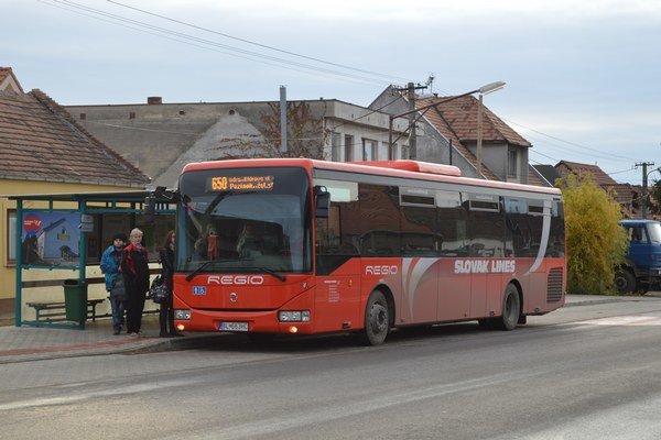 Seniorom nad 70 rokov pri ceste do Bratislavy opäť postačí len občiansky preukaz.