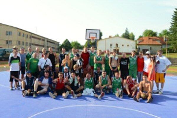 Vo farbách zúčastnených tímov sa do hry zapojilo množstvo extraligových basketbalistov.