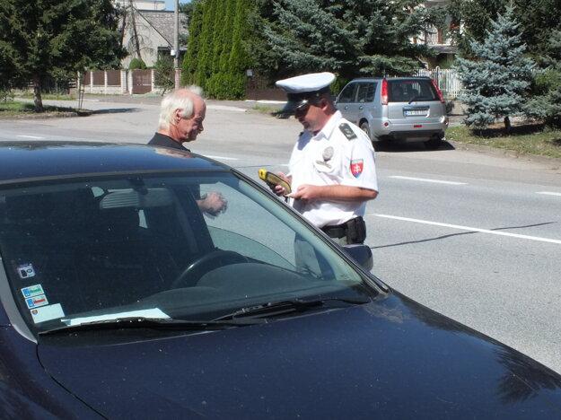 Policajná akcia v uliciach Sečoviec.