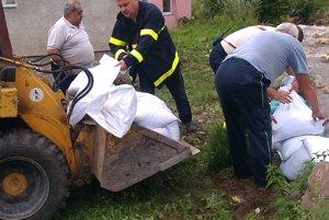 Na pomoc do Tuzčeka prišiel s chlapmi aj starosta Hornej Štubne Ondrej Piški.