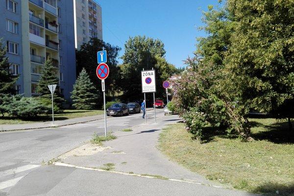 Dopravné značenie v širšom centre. Na Karpatskej mali zaparkovať svoje autá dvaja vodiči, ktorí dostali papuče, no vyviazli bez zaplatenia.