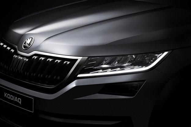 """Aj keď to táto fotka úplne neodhaľuje, predný svetlomet nie je taký """"prižmúrený"""", ako sa to zdalo pri pohľade na svetlo maskovanej verzie. Záber nám odhaľuje aj typickú prednú masku Škody s dobre kamuflovaným radarom v jej strede. Hranaté hmlové svetlo je na novom SUV umiestnené pomerne vysoko."""