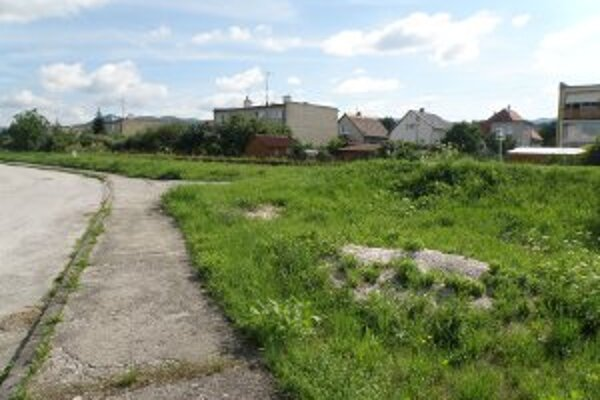 Piesok a štrk sú na tráve na pozemku železníc.