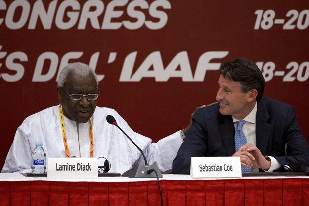 Sebastian Coe (vpravo) so svojim predchodcom Laminom Diackom.