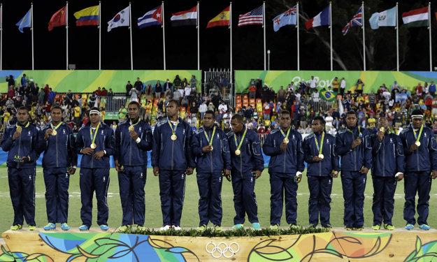 Ragbisti Fidži pózujú so zlatými medailami.