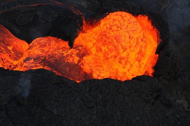 Žeravá láva vyteká z krátera havajskej sopky Kilauea.