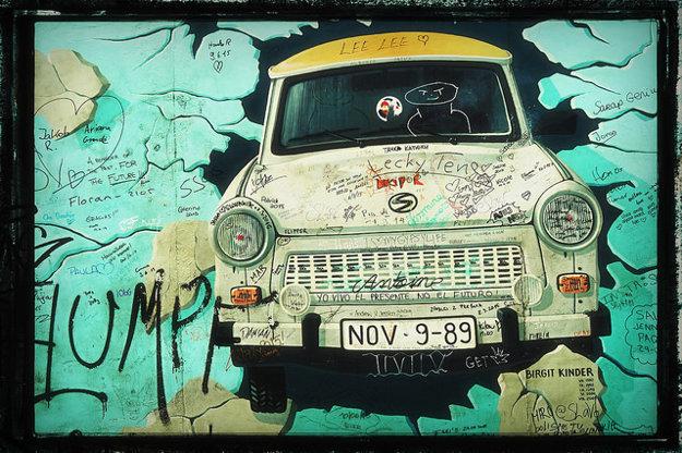 Jedna zo známych malieb na Berlínskom múre.