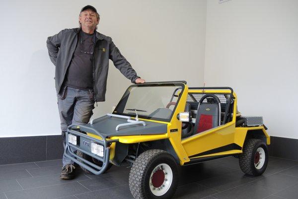 Majiteľ autíčka Milan Križko pri svojom KRM 250.