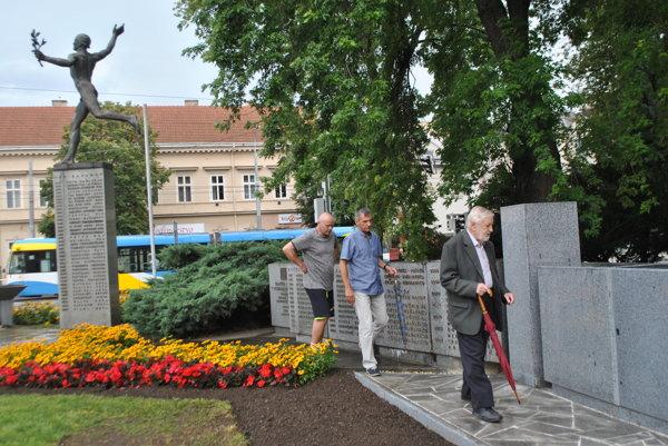 Rozšírenie pamätníka. Obhliadky sa zúčastnil Jiří Meravý, Branislav Koniar, Štefan Daňo a Vladimír Račko.