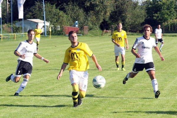 V piatej lige Lapáš prehral sAlekšincami 0:2. Obidva góly strelil Martin Hrebík (na snímke vľavo).
