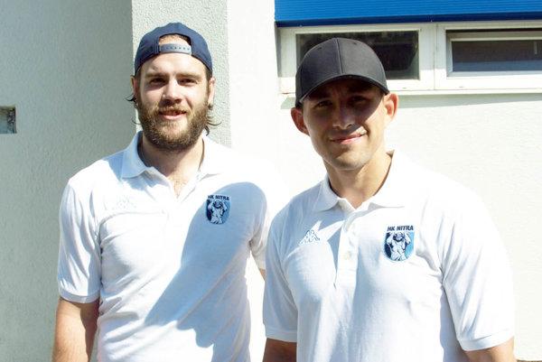Mitch Versteeg (vľavo) a Judd Blackwater pred dnešným odchodom do Nórska.