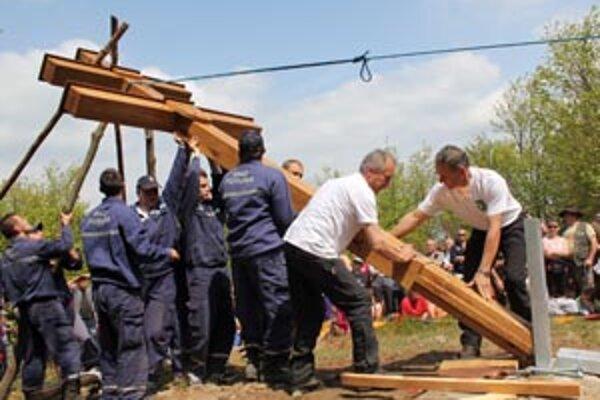 Dvojkríž pomáhali stavať dobrovoľní hasiči z Poruby.
