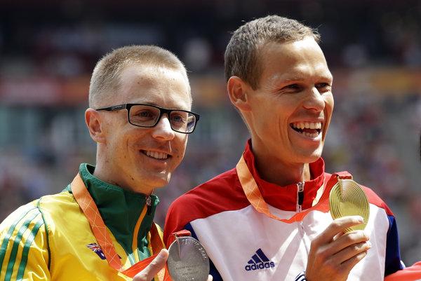Víťazný slovenský chodec Matej Tóth (vpravo) pózuje so zlatou medailou vedľa strieborného Austrálčana Jareda Tallenta po víťazstve na 50 km v chôdzi na Majstrovstvách sveta v atletike v Pekingu minulý rok.