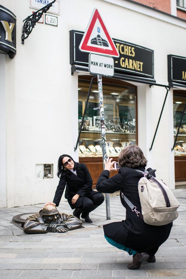 Obľúbená pôza turistov pri Čumilovi.