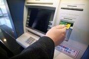Podvodník pomohol vybrať peniaze Handlovčanovi z bankomatu.