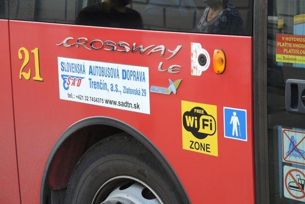 Autobusy s bezdrôtovým internetom označuje žltá nálepka.