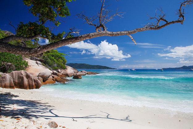 Romantický ostrov Grande Soeur leží neďaleko La Digue na Seychelloch.