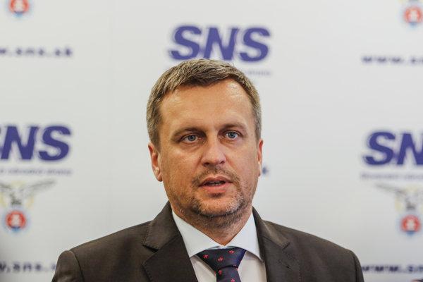 Predseda SNS a predseda NR SR Andrej Danko počas tlačovej konferencie.