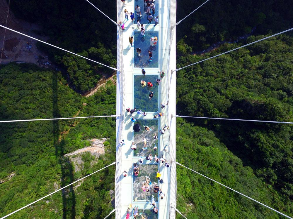 Pod priehľadnými sklenými platňami je 300-metrová priepasť.