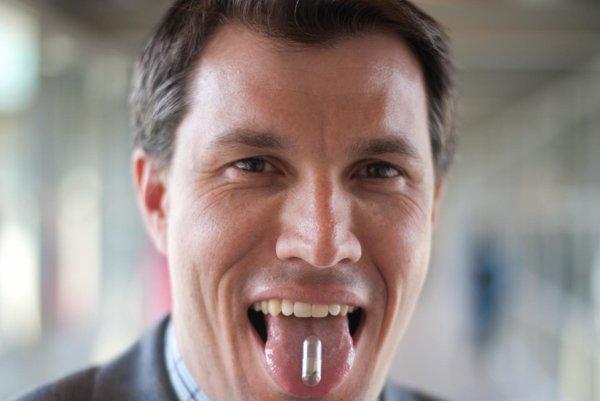 Christopher Bettinger vyvíja jedlé baterky z melanínu a iných biologicky rozložitelných materiálov