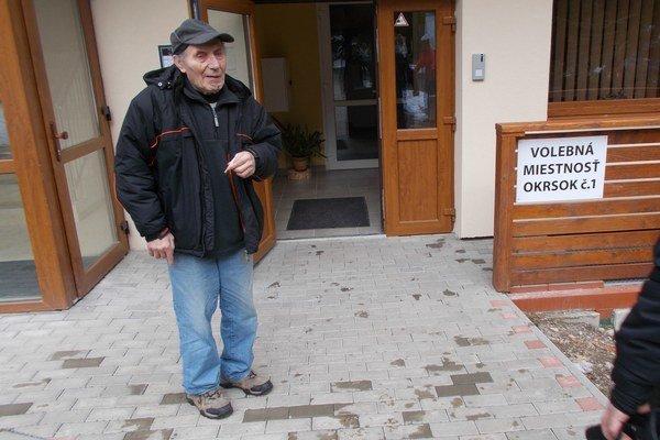 Vlastislav Čabo starší pred volebnou miestnosťou v Demänovskej Doline.