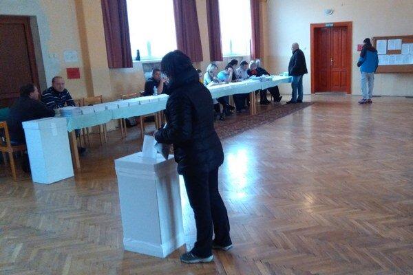 V Liptovskej Teplej bolo na obed ticho, najviac voličov prišlo popoludní a podvečer.