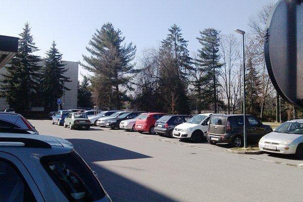 Parkovisko je cez úradné hodiny takmer vždy plné.