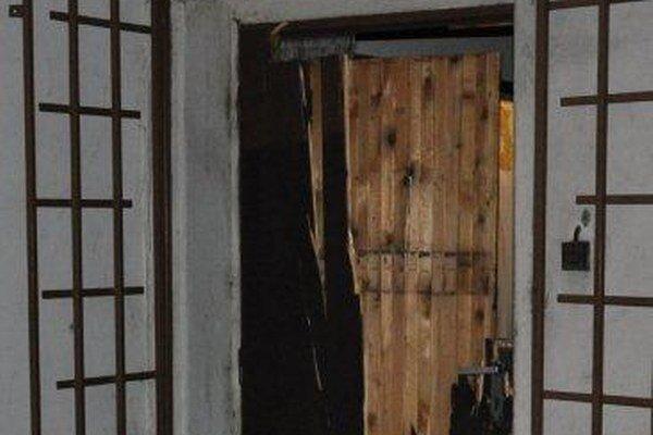K incidentu došlo v noci z nedele na pondelok. Dvojica zlodejov zničila vstupné dvere na bufete.