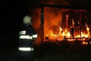 Hasiči už požiar likvidujú.