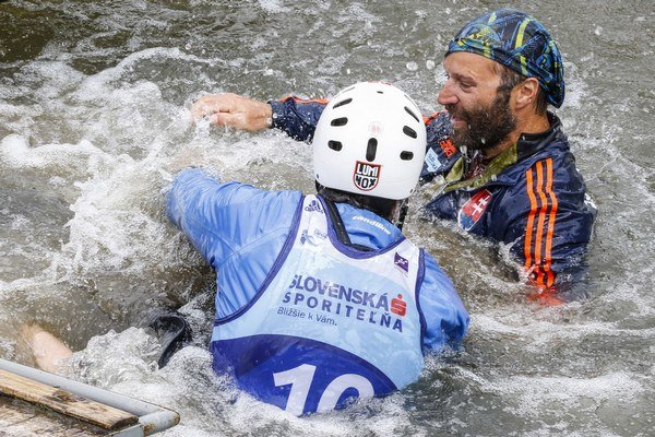 Tréner Stanislav Gejdoš (vpravo) sa vo vode teší z víťazstva  v kategórii C2 muži.