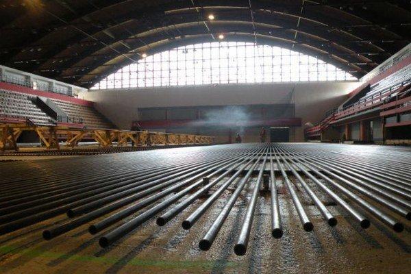 Na prebiehajúcu opravu vyčlenilo mesto Ružomberok zo svojho rozpočtu dokopy 800-tisíc eur, pričom stotisíc získalo od Úradu vlády SR. Ide o investíciu, ktorá by mala slúžiť svojmu účelu najmenej 30 rokov. Radnica dotuje prevádzku štadióna ročne sumo