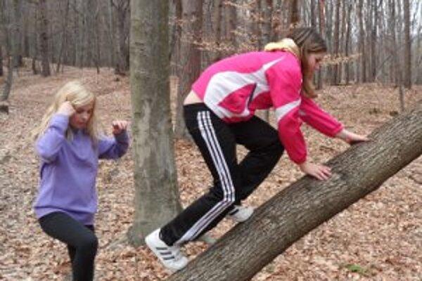 Deti v  lese upratovali a našli si čas aj na hry.