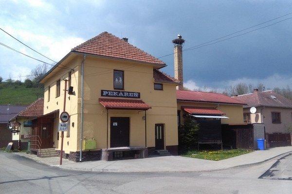 Miestna pekáreň s bocianím hniezdom.