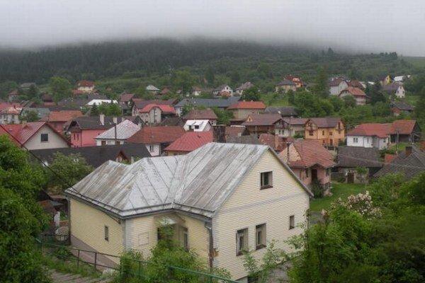 Valaská Dubová leží pod Veľkým Chočom, ktorý je vysoký 1611 metrov. Obec preto často navštevujú turisti, ktorý sa chystajú na výstup, ale aj zver, ktorá do dediny zostupuje.