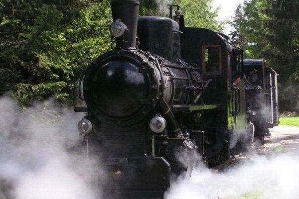 Na začiatku letnej turistickej sezóny sa exponáty vMúzeu liptovskej dediny vPribyline znovu rozhýbali. Na Mašinparáde nechýbala ani parná lokomotíva.