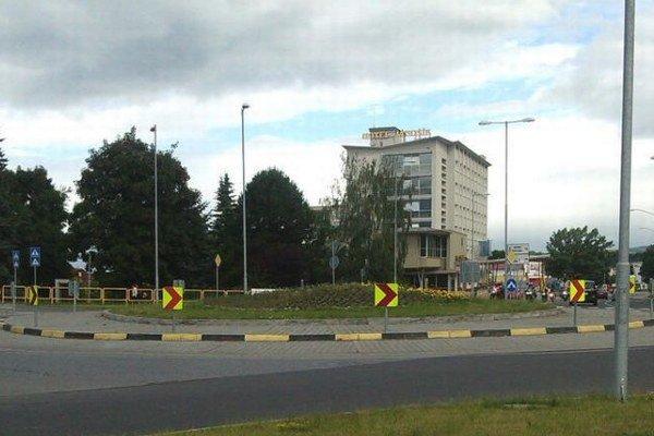 Zničenú cestu od hotela Jánošík do Ondrašovej opraví župa kompletne. Do jej opravy investuje 165-tisíc eur.