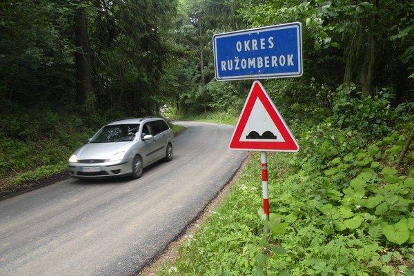 Ťažká doprava na cestu nemá povolený vstup.