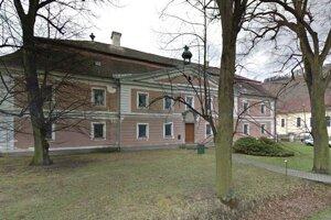 Budova prvej uhorskej lesníckej školy rokmi spustla. Múry vlhli, strechu ničí počasie a problémy boli aj so stropmi, ktoré musela župa pred štyrmi rokmi nechať podoprieť.
