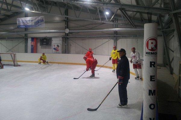Mikulášski hokejisti počas tréningu.