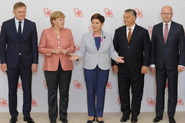 Na snímke zľava slovenský premiér Robert Fico, nemecká kancelárka Angela Merkelová, poľská premiérka Beata Szydlová, maďarský premiér Viktor Orbán a český predseda vlády Bohuslav Sobotka pred rokovaním nemeckej kancelárky Angely Merkelovej s predstaviteľmi krajín Vyšehradskej 4 vo Varšave.