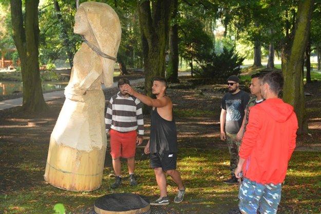 Osádzanie sôch v parku.