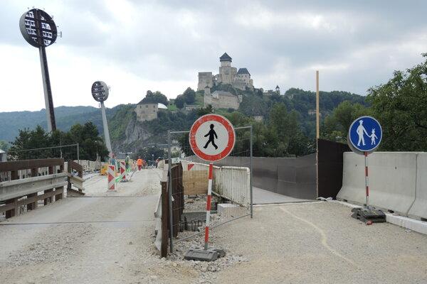 Most na Ostrov stále nedokončili.