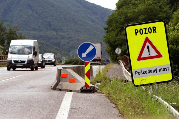 Poškodený most zo Šalkovej do Slovenskej Ľupči.