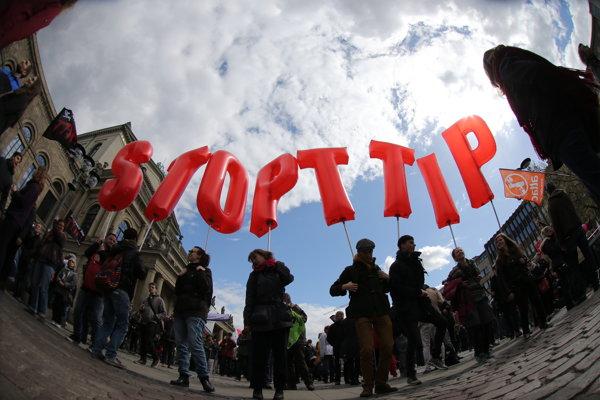 Dohoda o voľnom obchode medzi USA a EÚ má viacero odporcov.