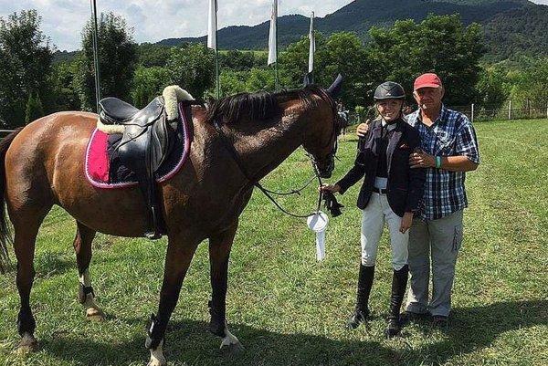 Michaela Križová s predsedom Koška Horseteamu Vladom Koškom.