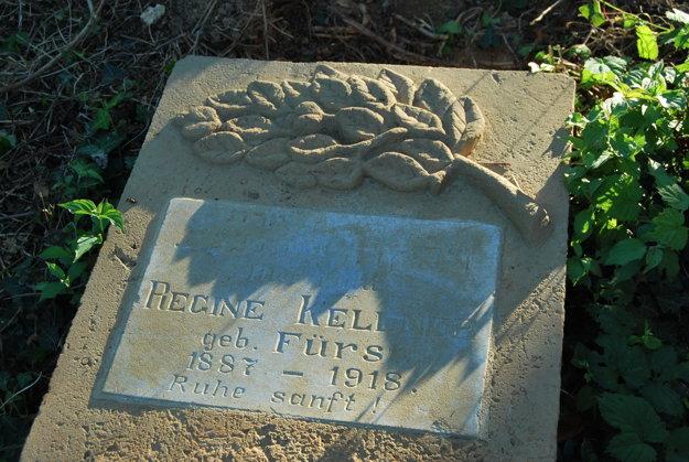 Náhrobné kamene boli poválané i ukryté pod zeminou.
