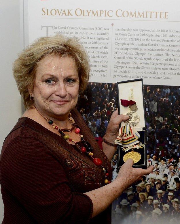 Čáslavská na archívnej snímke v Bratislave so svojimi dvoma medailami z olympijských hier v Tokiu 1964 a Mexiku 1968, ktoré odovzdala do zbierky SZTK - Múzea telesnej kultúry v SR. Oba cenné kovy uložili do vopred pripravenej sklenenej vitríny, kde si ich bude môcť prezrieť aj široká verejnosť.