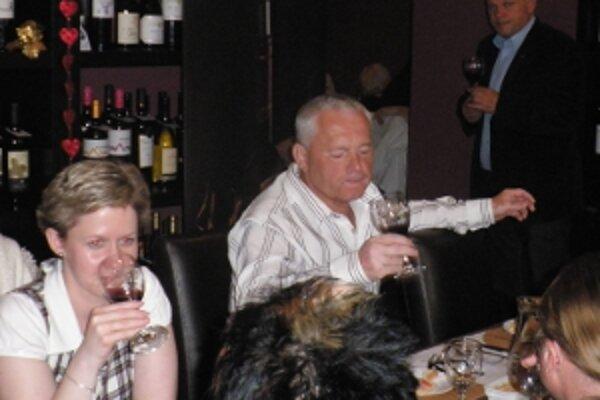 Návštevníci podujatia ochutnajú rôzne druhy vína.